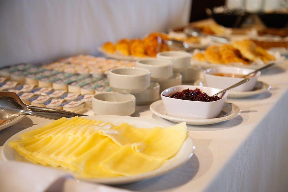 Desayuno buffet, mermeladas y queso