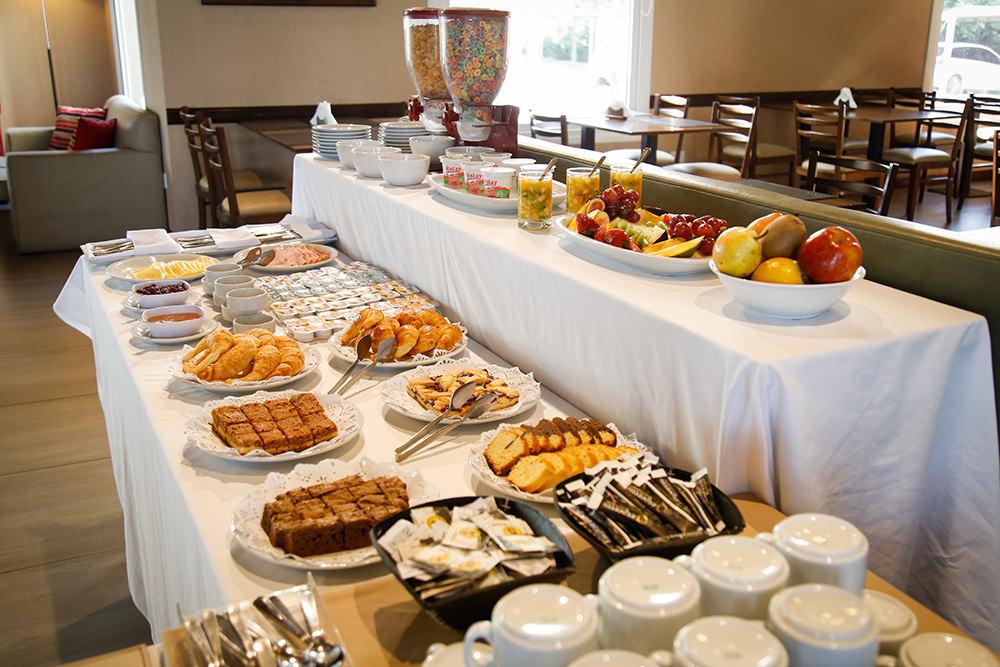 Desayuno buffet selleción de mermeladas y panes